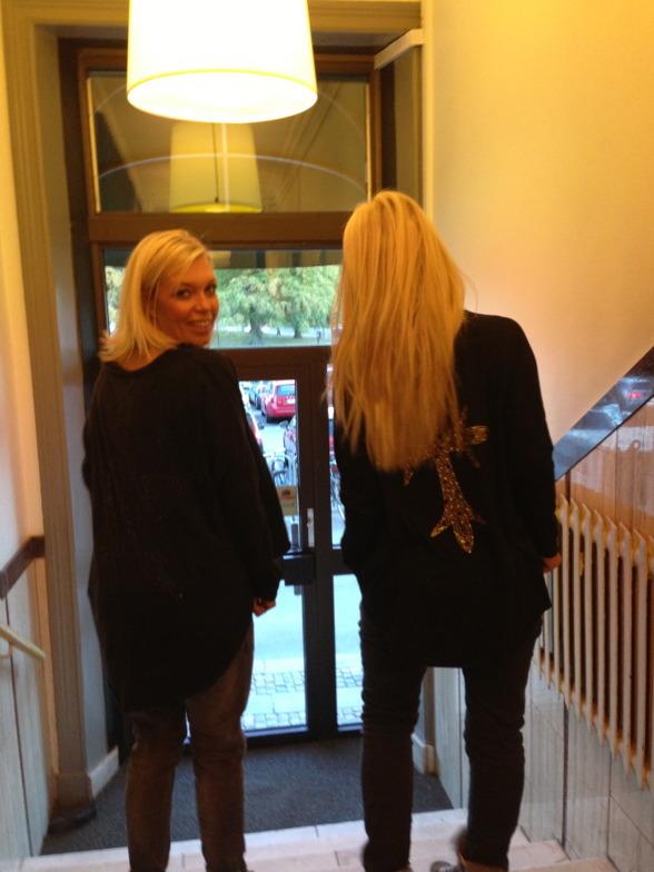 Här ser ni finisarna Jessica & Michela som äger Greta & Anna i sina FAV tröjor