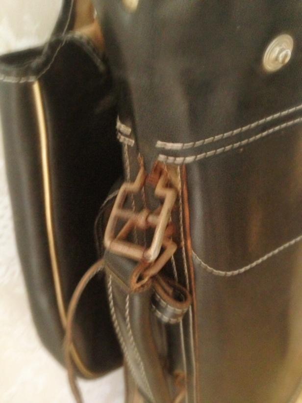 Med det industriella lite små rostiga hängerna  (här sönderrostig)  på läderväskan har sin charm.
