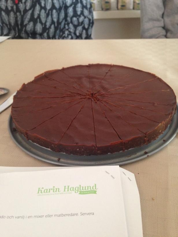 Sen var det dags för recept på efterrätter & än en gång hej vipps så gjorde Karin en fantastisk choklad mousse på dadlar & Avocado mm så det dukades upp ett desert bord med många goda alternativ, här ser Ni kladd kakan