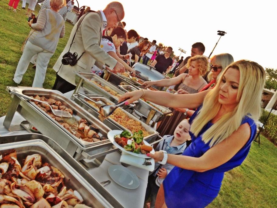 Flera bufféer med mat var utplacerade utmed stranden & det var hur mycket god grekisk mat som helst..