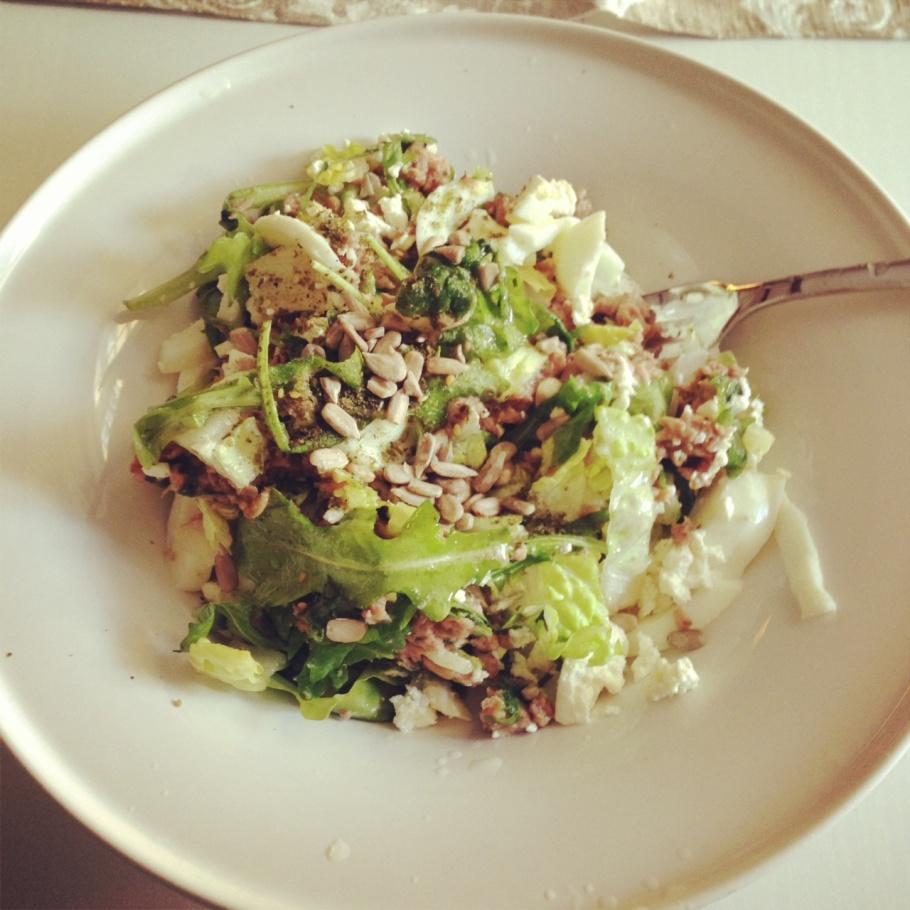 Till lunch blev det tonfisk & ägg sallad (bara äggvitan) ruccola, lite roman sallad, frön & lite liiiiite feta ost.
