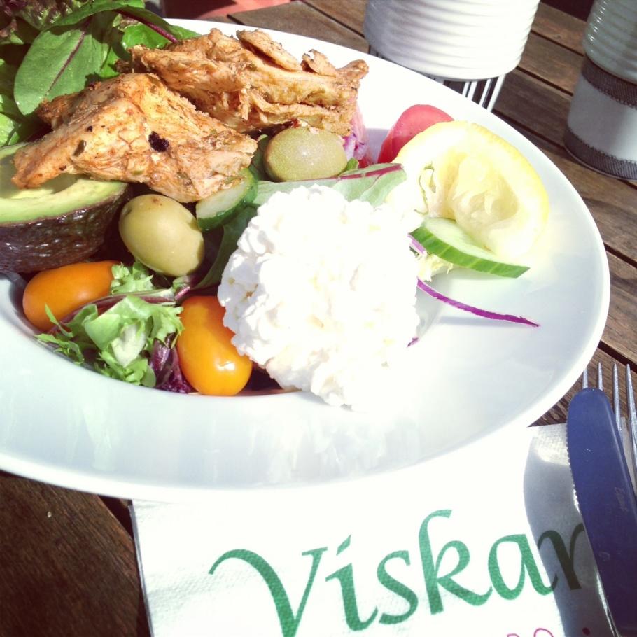 I vår solen hann jag sitta på Café Viskans stora uteservering & äta en City Wellness Tallrik med kyckling med min goda vän Fazli Krasniqi