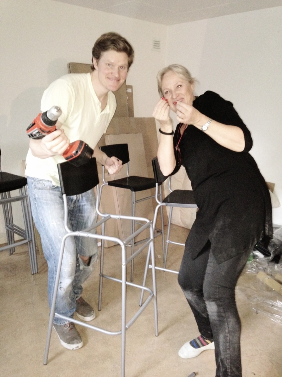 Daniel & Karin har nu blivit licensierade Ikea barstols montörer, efter 16 stycken var vanan inne...:)