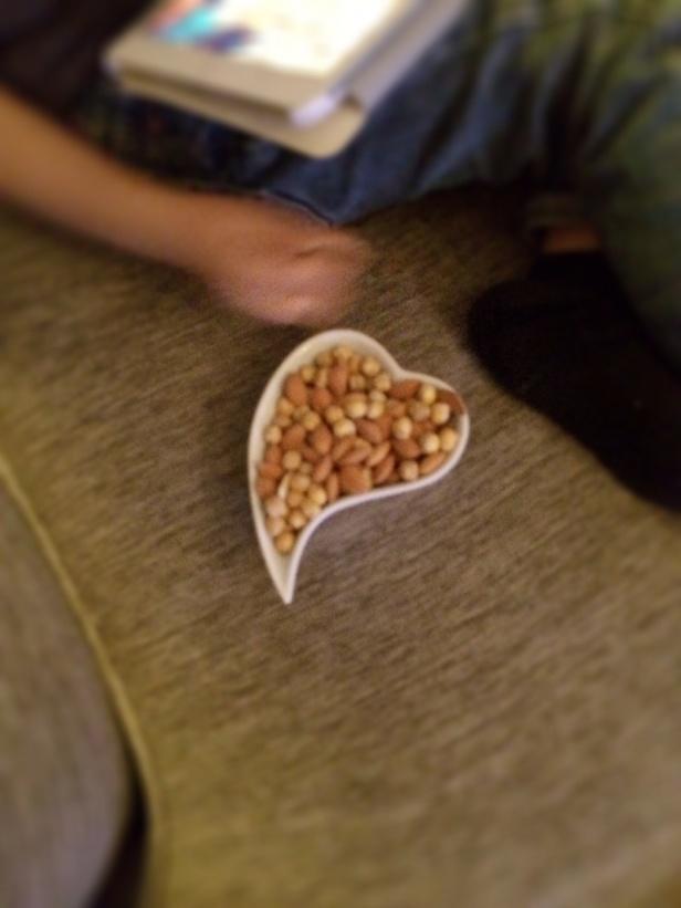 Här är dom i en skål med mandel, aprikoskärnor & torkade kikäter
