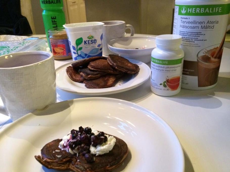 Idag blev det med chokladsmak, Marcus åt sina med keso & blåbär & jag mina med med ekologisk jordnötssmör på & blåbär.