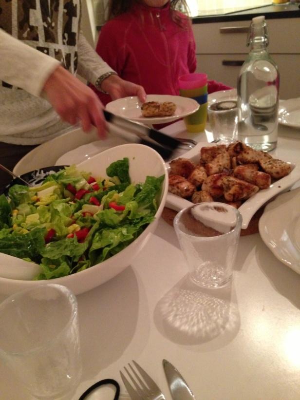 Stor sallad med kyckling till & dressing gjord på kvarg, rödlök & dijon senap