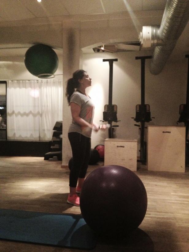 Lorena körde lite biceps & magmuskler på pilatesboll