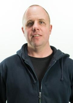 Tomas Sellgren monterar brunnar på ABB Arena