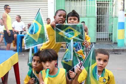 Edson med venner på åpningsdagen av VM. Fest i favelaen. Foto: Snorre Holand, Futuro Rio de Janeiro