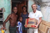 Futuro Rio deler ut mat i slummen av Rio de Janeiro i Brasil.