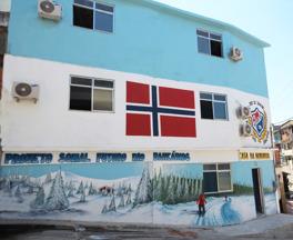 Casa da Noruega's fasade ble overraskende dekorert  med norskt vinterlandskap og det Norske flagg.