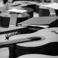 gitarrer väntar på lektion