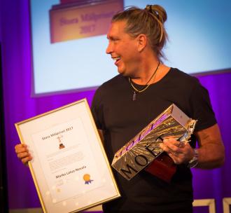 """Stora Målpriset 2017  Vinnare: Marko """"Tips från coachen"""" Latva Nevala  """"Marko gillar att tänka annorlunda, är rak på sak och en briljant coach och mentor. Han ger sin publik och medmänniskor stor omsorg, tänkvärda ord och metaforer som kan lyfta berg. Att nå vår fulla potential - och av egen kraft. Han måste dessutom vara världsrekordhållare som författare. 2017 har han gett ut över tre inspirationsböcker i veckan! Ja du hörde rätt, i veckan! Mer än vad de flesta orkar läsa. Och delar innehållet generöst till sina trogna följare."""""""