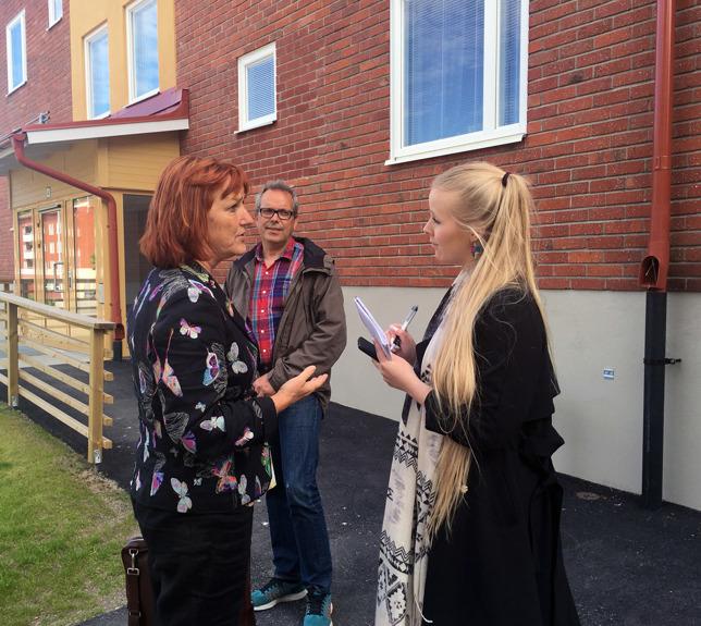 Christel Wiman, styrelseordförande Sbo, intervjuas av den lokala pressen. Faxeholmens ordförande Urban Wigren i bakgrunden.
