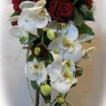 Orkidé och röda rosor