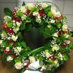 """""""Morgon"""" Krans med rosor i rött och vitt och böljande texasgräs"""