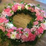 """""""Sommar"""" Krans i rosa och vita toner. Rosor, nejlikor, chrysantemum och brudslöja"""