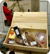 Delikatesslåda med rökt gös, lax, ål, sill, ost, sås och annat gott