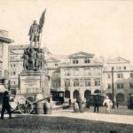 Pouliční ruch na Malostranském náměstí, v té době nesla tato část nzev Radeckého