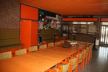 Bakom de oranga dörrarna finns Entré inomhus och kafeterian. Genom denna mässal måste alla passera som ska till konsert- och föreläsarlokalen.