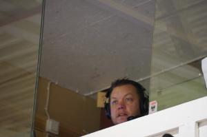 Företagets Dennis Johansson Hall som kommentator för webb-tv. Foto: cicciwik.se