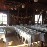 Festlokalen utsmyckad inför bröllop på Tängsta Gård