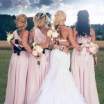 Så häftigt foto på bruden och hennes tärnor vid Tängsta GårdFoto Nicklas Eriksson