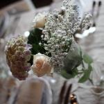 Blomdekorationer vid dukning på Tängsta Gård festlokal Köping Västmanland