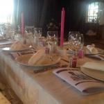 Bröllopsdukning i rosa och vitt med vackra detaljer
