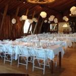 Smakfullt vitt tema till den rustika festlokalen vid Tängsta Gård