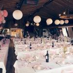 Bröllopsdukning i rosa och vitt Tängsta Gård Festlokal Köping Västmanland Foto Nicklas Eriksson