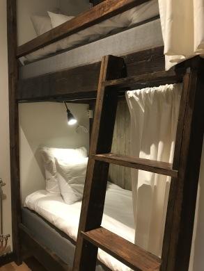 Säng i sovsalen