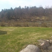 På toppen av berget i hagen ligger en fornborg.