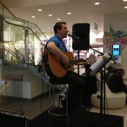 Trubadur Andreas Magnusson spelar i köpcentrumet Krämaren i Örebro