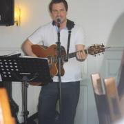 Andreas kör trubadurunderhållning för ett bröllopspar i Köping