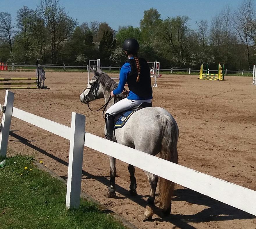 Caliterra och Linnea på tävling april - 16