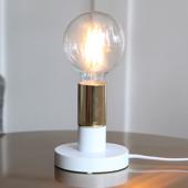 Vit lampa med mässingsfärgadlamphållare