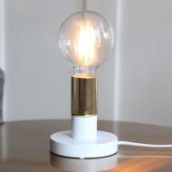 Vit bordslampa med mässingsfärgad lamphållare