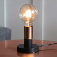 Svart bordslampa med kopparfärgad lamphållare