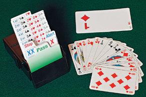 Till vänster: en budlåda för kontraktsbridge. Till höger: En spelares hand av kort (fransk kortlek). Bortom detta ligger budet på ♦, som spelaren skulle kunna lägga med hjälp av kort från budlådan.