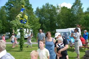 Välkommen att fira midsommar med sång, dans och jordgubbstårta på Våxtorps Camping & Stugby Laholm