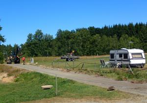 Nedgrävning av elkabel till de tio nya elplatserna för tält, husvagn och husbil