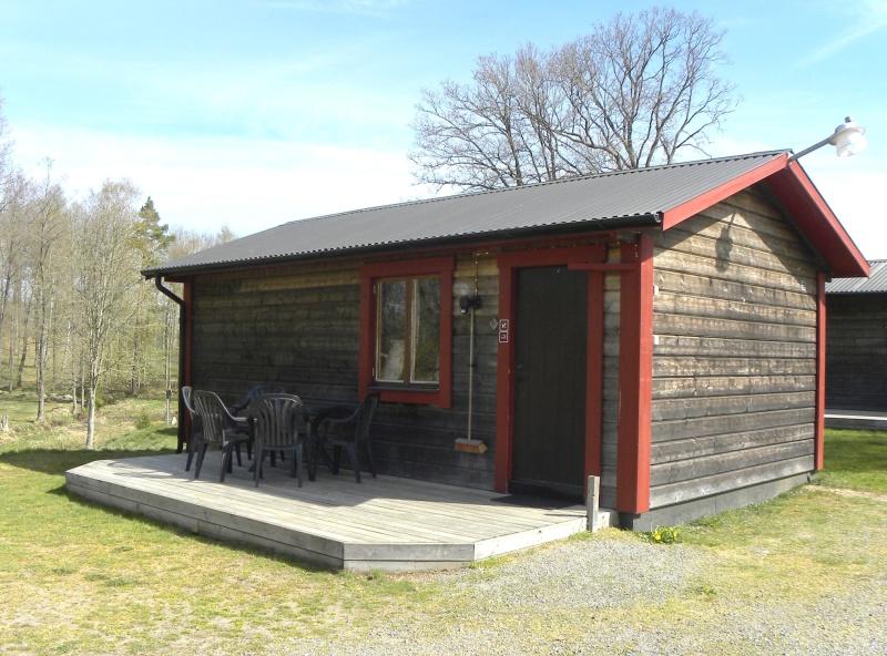 Välkommen att boka enplansstrugapå Våxtorps Camping & Stugby utanför Laholm. Bekväma & vinterbonade i naturskön miljö