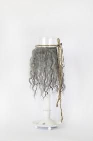 Cylinderlykta antikvit - Cylinderlykta antikvit med grått  fårskinn