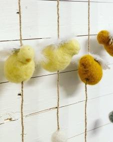 Kyckling och ullbollar på snöre - Senapsgul kyckling