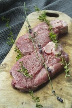 Lammgrillskivor. Lavendel, timjan och andra örtkryddor passar  perfekt till lammkött.