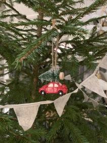 Bil med julgran -