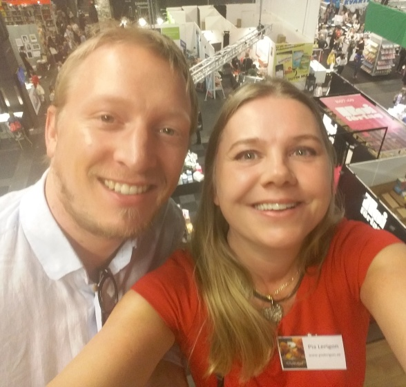 Jag och Johannes Vivers på Bokmässan 2016. I bakgrunden ser vi hybridförlaget Hois monter.