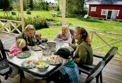 Barnfamlij som äter