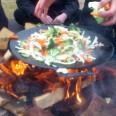 Matlagning över öppen eld med unga vuxna med cancer